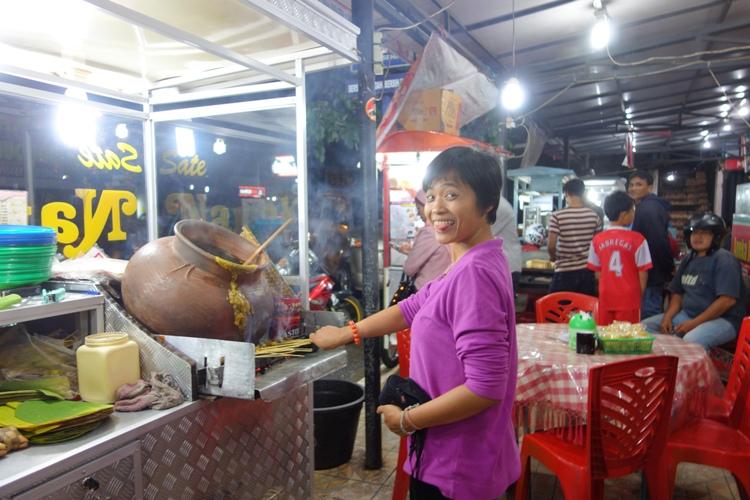 intermezzo: me bbq-ing satay Padang in downtown of Payakumbuh