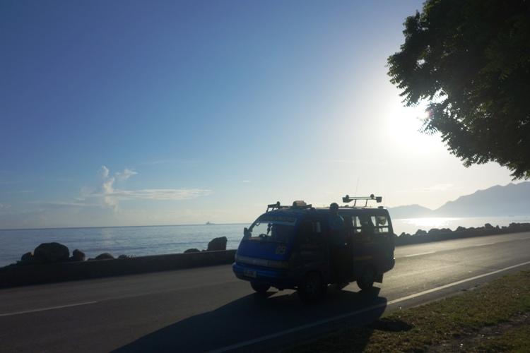 angkot melintas di Farol, Dili
